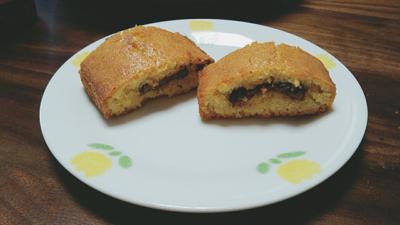 米粉の焼き菓子を作りました!中にはチョコレートが入っています!米粉でも小麦粉に負けず劣らずの美味しさです✨お皿がオシャレじゃないけど…笑。割とうまく焼けてよかった~(*´∇`*)