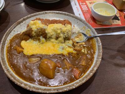 今日のランチは、CoCo壱(^^) 豚ヒレ勝つカレー野菜プラス半熟タマゴタルタルソースの3辛(^。^) ああ、カロリーめっちゃ高そう(*≧∀≦*)