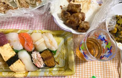 今日はメルカリの出品したり発送したりで、バタバタしていて・・・(言い訳です)お寿司を買ってまいりました〜🍣 あとは昨日残ったおかずです😆