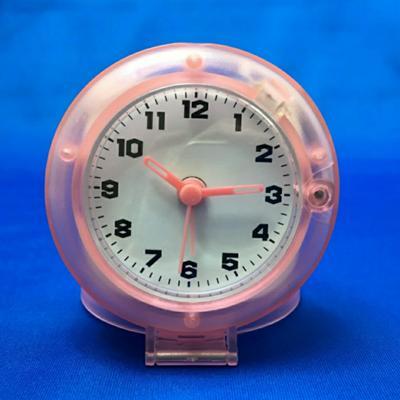 100金で購入した目覚まし時計が夜中の2時に急に鳴りだしました! 設定時間は6時にしているのですが・・・ 「何事?!」と、飛び起きてアラーム・リセットしようとしましたが、時計はリセット状態になっている。でもアラームは鳴り続けています! 「エ―! どうして鳴るの!! しかも設定時間でもないのに- ひょっとして不思議体験!?」 と、電池を抜いたらアラームは止まるのですが、戻すと再び鳴り始めます。 「何で??」 最後の手段。昔ながらの手法の手で叩いたら止まりました。(笑)