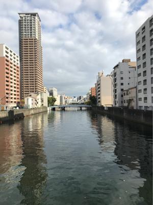 大阪での用事を機に、気になっていた道頓堀川巡り。宮本輝さんの「道頓堀川」にある「ネオンサインのいっぱい灯る無人島」を期待して、幸橋から、戎橋周辺の道頓堀を眺めて見ました。。。やっぱり昼間はあかんかったみたい。笑。