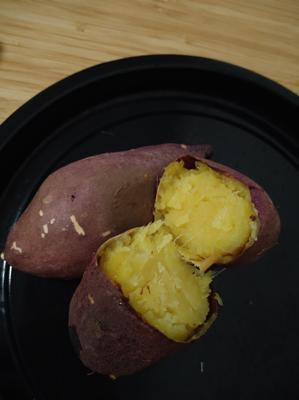 お芋。私の故郷では唐芋という。さつまいもスイーツも色々あるけどシンプルな焼き芋が一番美味しい。
